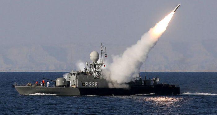 """ملوانان نیروی دریایی روسیه و ایران """"کشتی ربوده شده"""" را محاصره کردند"""